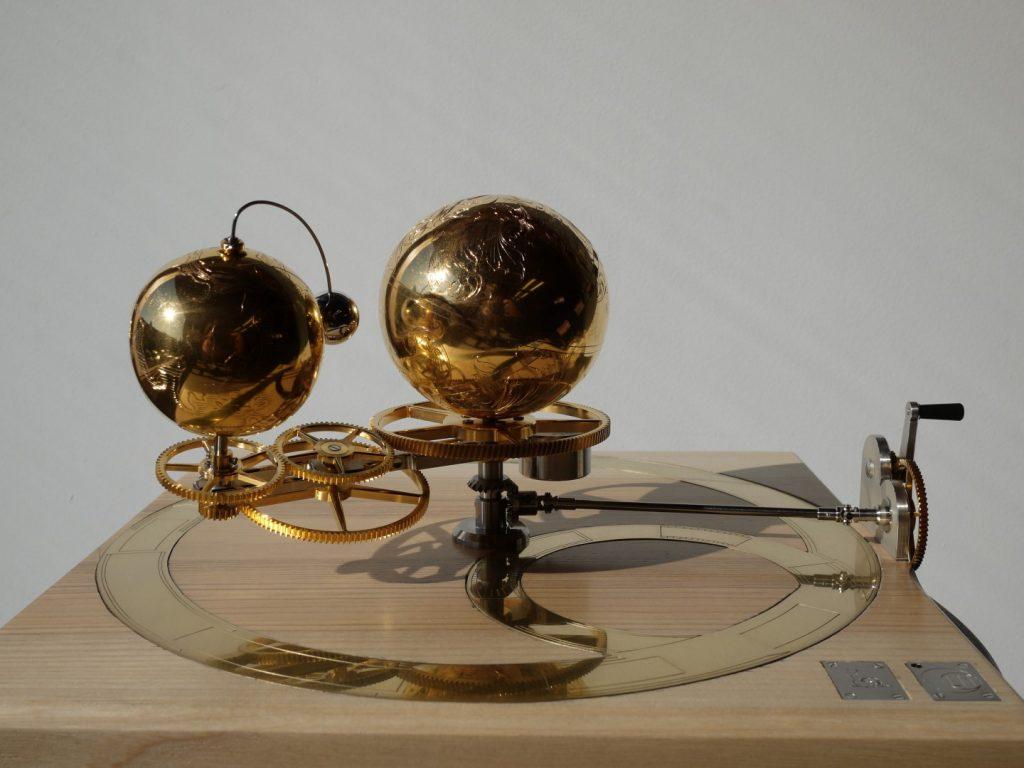 engraving orrery. Corentin Ollivau engraver. Gravure main. Art mécanique gravure horlogerie.