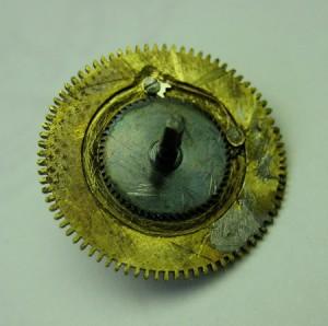 Barillet avant restauration, avec étain, ressort en cuivre, marque d'étau et cliquet inadéquat